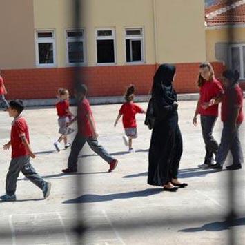 'Öğretmenlerimizin kılığıyla kıyafetiyle uğraşmayınız'